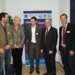 Oberbürgermeisterin Gabriele Bauer und Bezirkstagspräsident Josef Mederer (Zweiter von rechts) im Gespräch mit den Neon-Geschäftsführern Benjamin Grünbichler (von links), Thomas Grill und Ludwig Binder