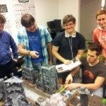 Clubmitglieder und Logout-Teilnehmer planen ihr taktisches Vorgehen beim Tabletop-Spiel Warhammer 40.000